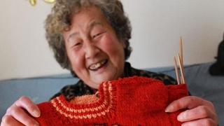 毛衣奶奶千针万线传递爱