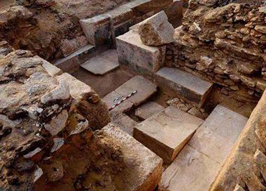 埃及发掘千年前古墓 壁画色彩鲜艳