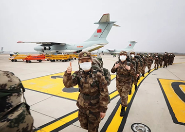 空军出动8架运输机向武汉运送人员物资